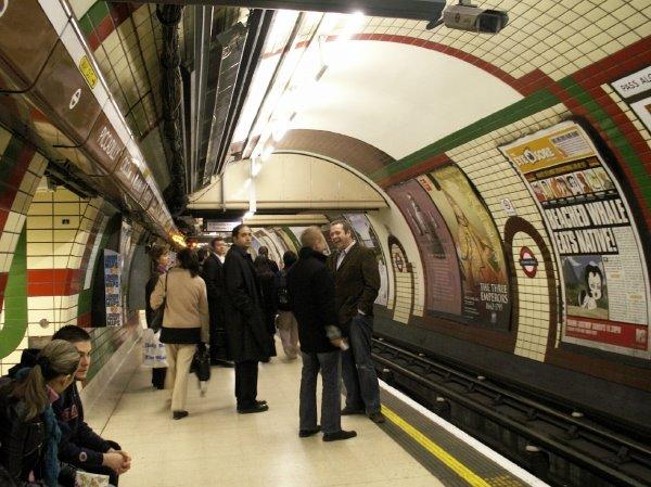 guy_london_tube_platform_06